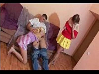Групповое порно с мамой и дочкой
